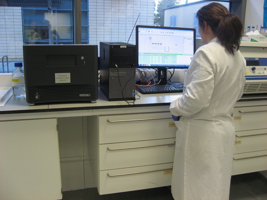 Dr Joanna Pearson using the Li-COR equipment